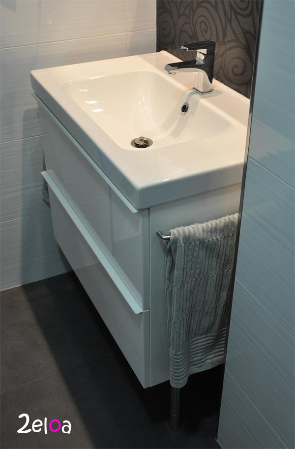 Ikea hack a adiendo unos toalleros al mueble de ba o for Modelar muebles