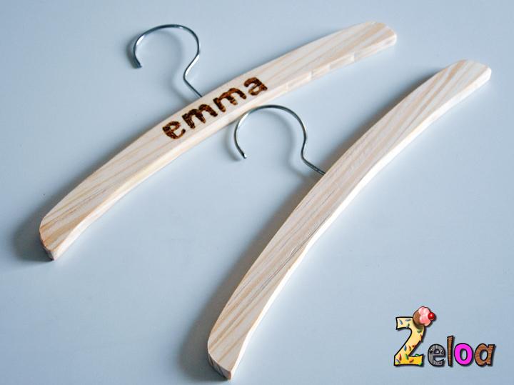 Perchas de madera hechas a mano para beb s 2eloa beb s for Perchas bebe ikea