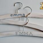 Perchas de madera hechas a mano para beb s 2eloa for Perchas blancas ikea